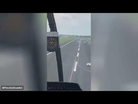 شاهد مطار يلجأ لوضع مركبات على المدرج لمنع هبوط طائرة إسبانية